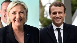 France elections: Macron and Le Pen through to run-off