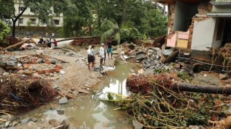 Monsoon waters kill hundreds in Indian state